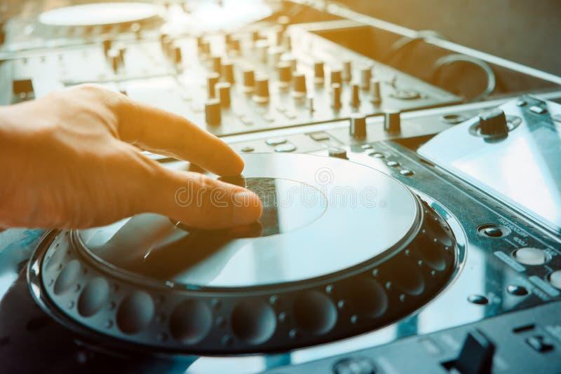 De speelmuziek van DJ stock afbeeldingen