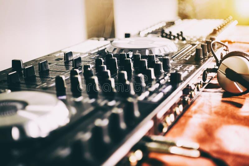 De speelmuziek van DJ bij mixerclose-up en mengelingen het spoor in de nachtclub stock afbeelding
