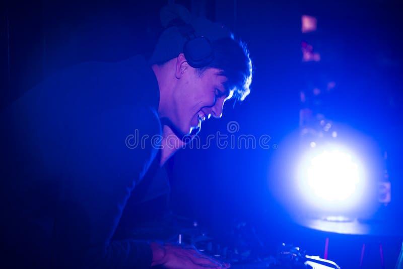 De speelmuziek van DJ in een nachtbar royalty-vrije stock afbeelding