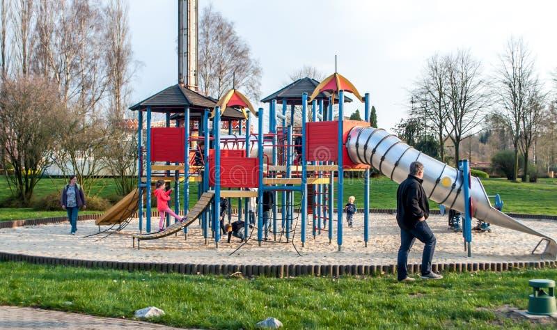 De speelplaats en de ouders van kinderen met kinderen in een pretpark royalty-vrije stock foto's