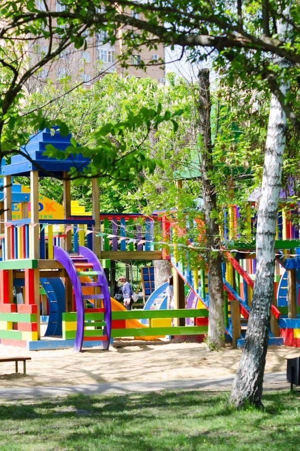 De speelplaats van kinderen in park stock foto's