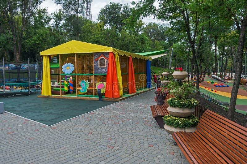 De speelplaats van kinderen voor actief vermaak royalty-vrije stock afbeeldingen