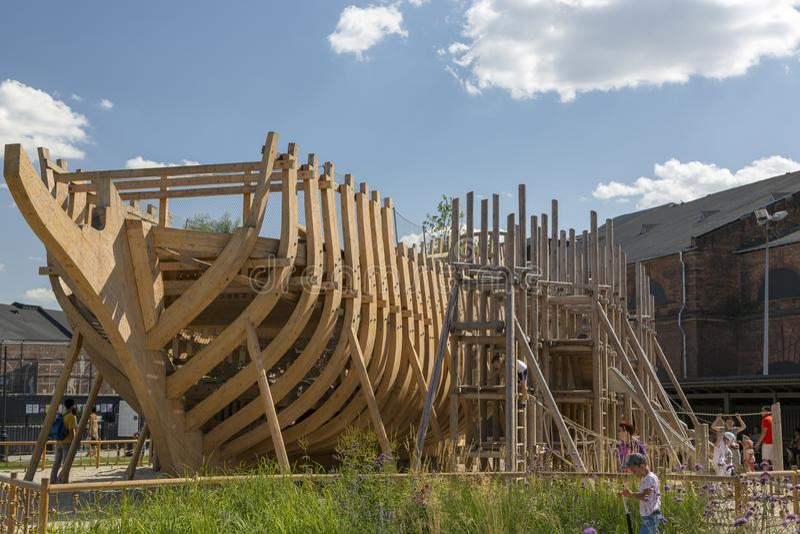 De speelplaats van kinderen in de vorm van een schip in aanbouw op het grondgebied van het stadspark 'Nieuw Holland 'in St Peters stock foto
