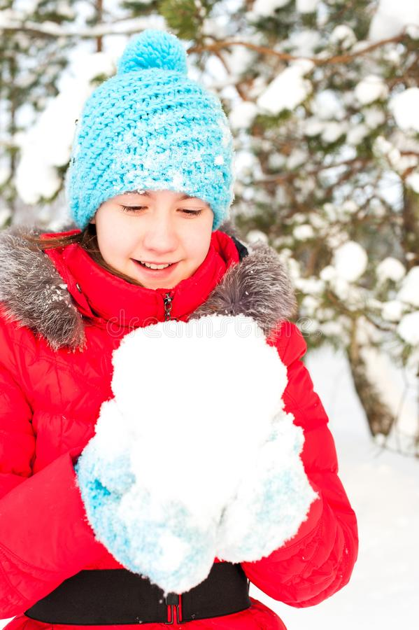 De speelse Winter De jonge vrolijke sneeuw van de tienerholding royalty-vrije stock foto's