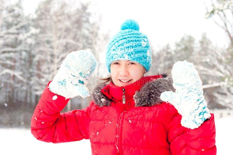 De speelse Winter Jonge vrolijke tiener die sneeuwhandschoenen tonen royalty-vrije stock foto's