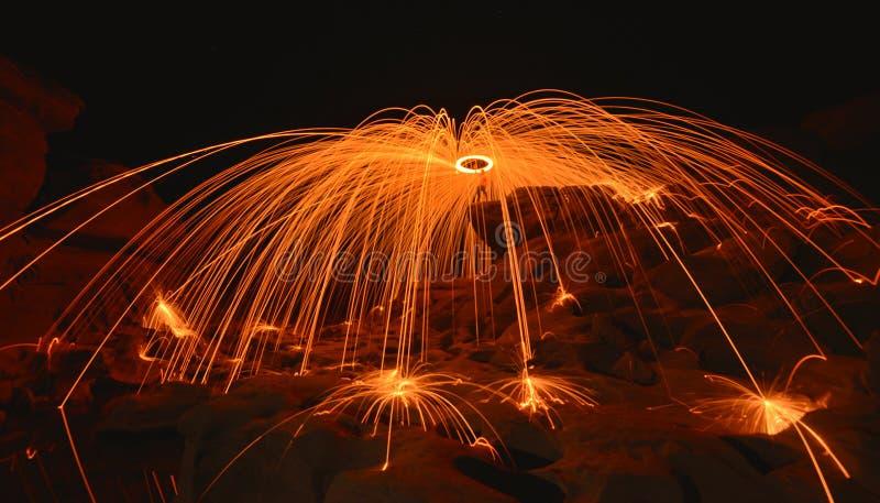 De spelbrand toont bij nacht royalty-vrije stock afbeelding