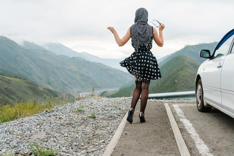 De speld stelt omhoog van een jonge vrouw op een achtergrond van bergen royalty-vrije stock afbeelding