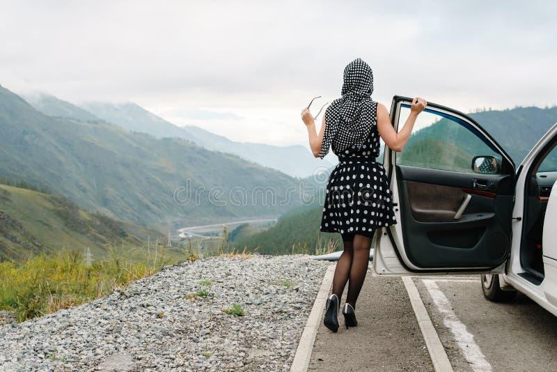 De speld stelt omhoog van een jonge vrouw op een achtergrond van bergen stock fotografie