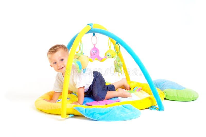 De spelen van de baby met speelgoed stock afbeelding