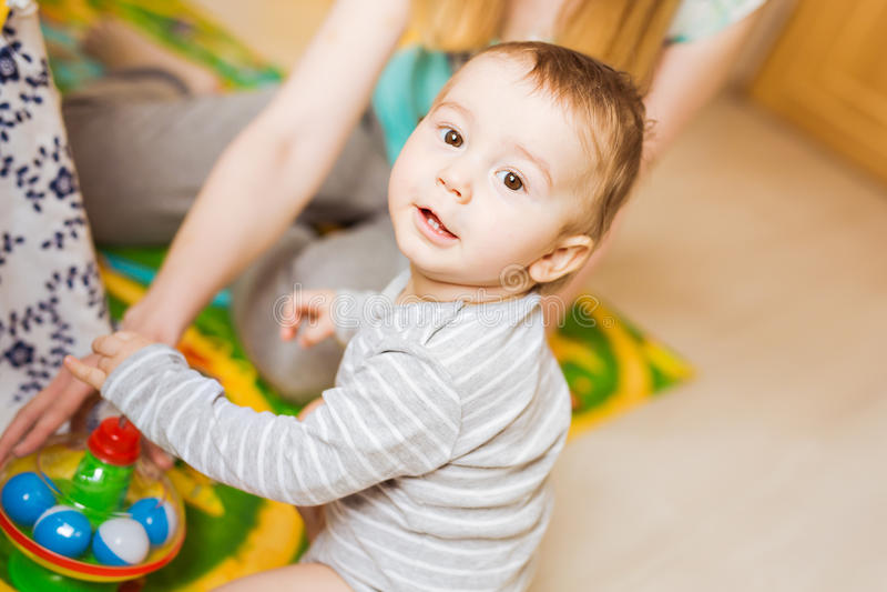 De spelen van de babyjongen in zijn ruimte royalty-vrije stock foto's