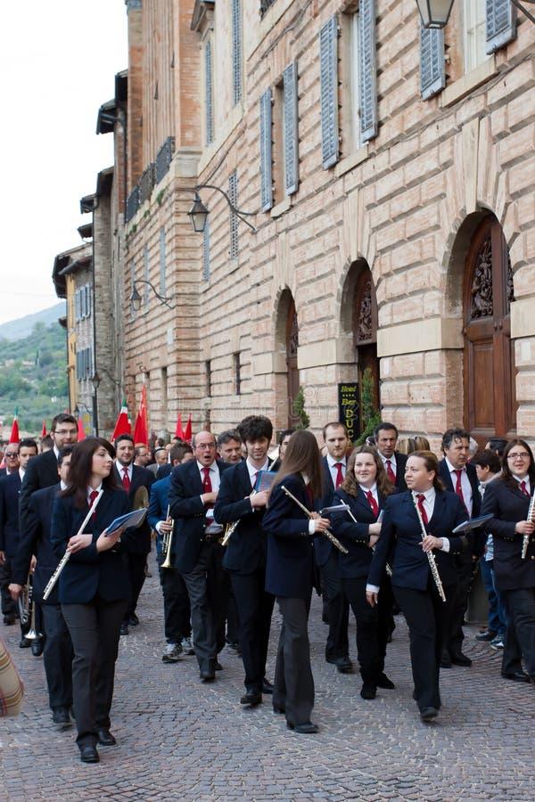De spelen van de band in het historische centrum van Gubbio royalty-vrije stock fotografie