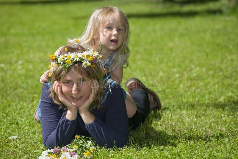 De spelen van de dochter met mum royalty-vrije stock afbeelding