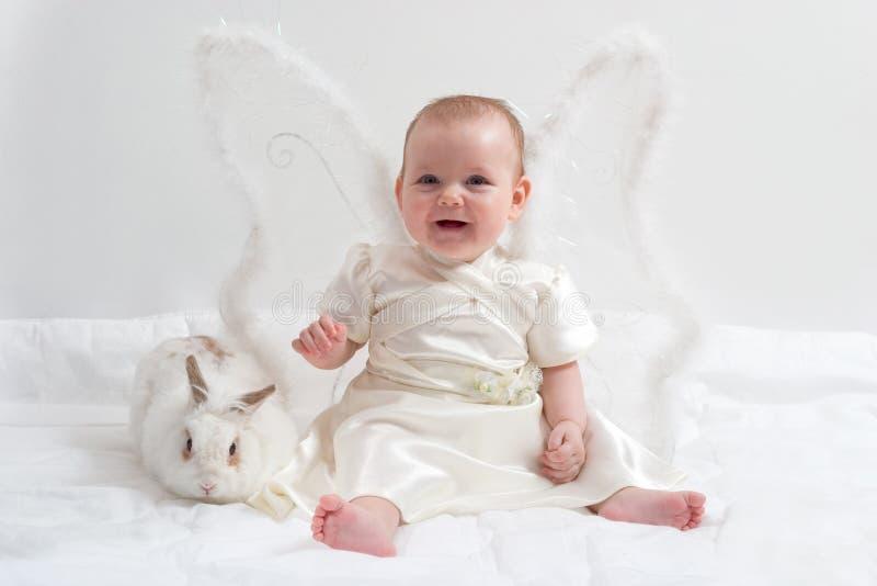 De spelen van de fee met wit konijn royalty-vrije stock afbeelding