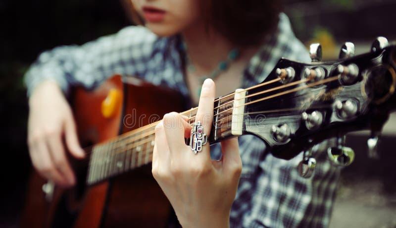 De spelen van de meisjesgitarist royalty-vrije stock foto's