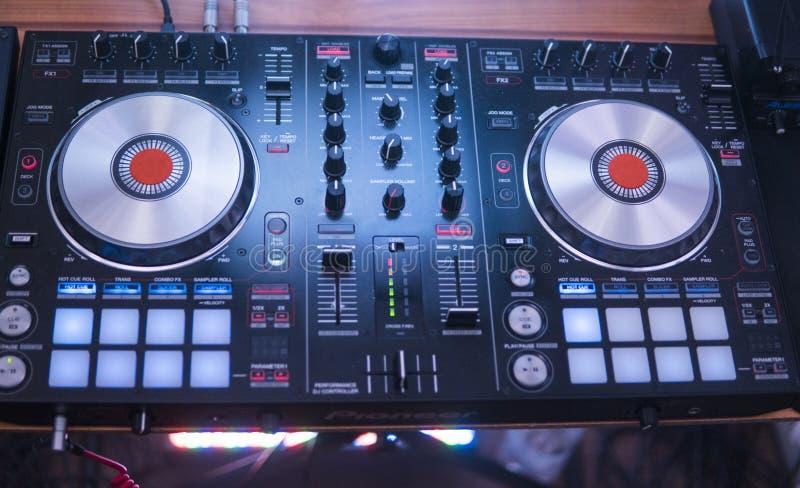 De spelen van DJ en mengelingsmuziek op digitaal mixercontrolemechanisme De prestatiescontrolemechanisme van close-updj, digitaal royalty-vrije stock afbeelding