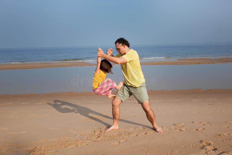 De spelen van het familiestrand, hppy familie stock foto