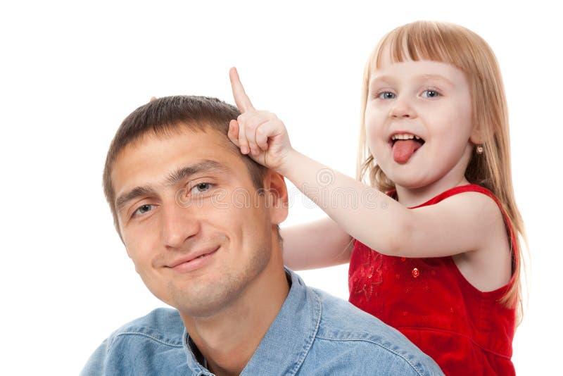 De spelen van het meisje met haar papa stock fotografie