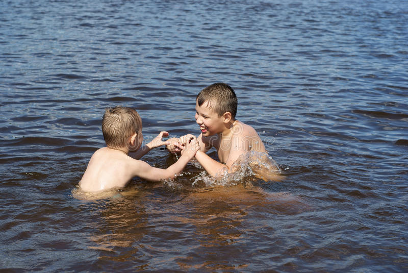 De spelen van kinderen in de rivier royalty-vrije stock afbeelding