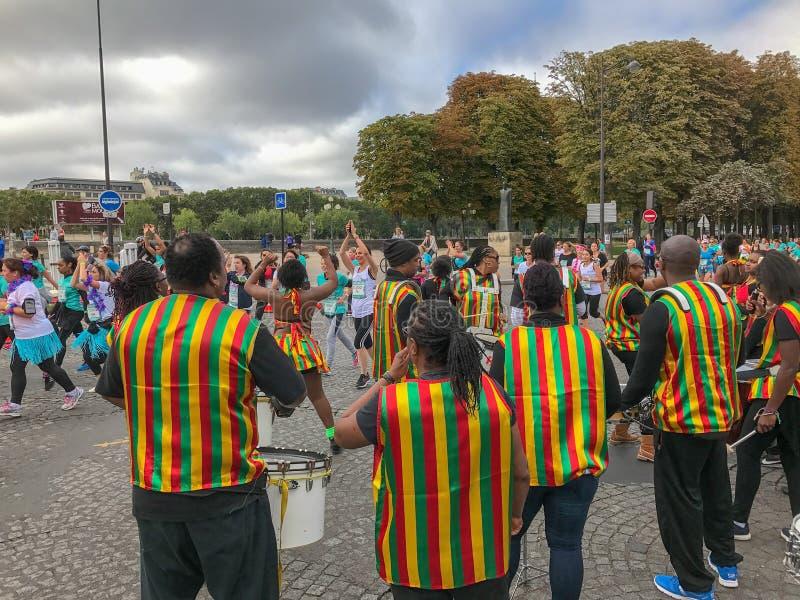 De spelen van de trommelband voor de agenten van La Parisienne stock foto's