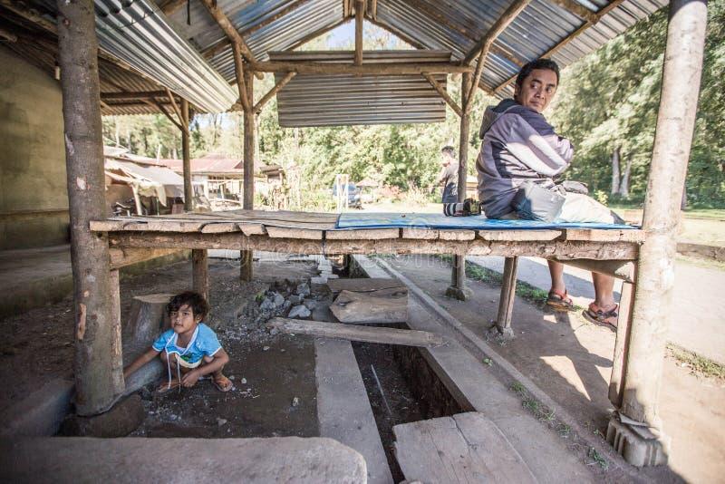 De de spelenhuid van het dorpsbewonermeisje - en - zoekt met zijn vader royalty-vrije stock fotografie