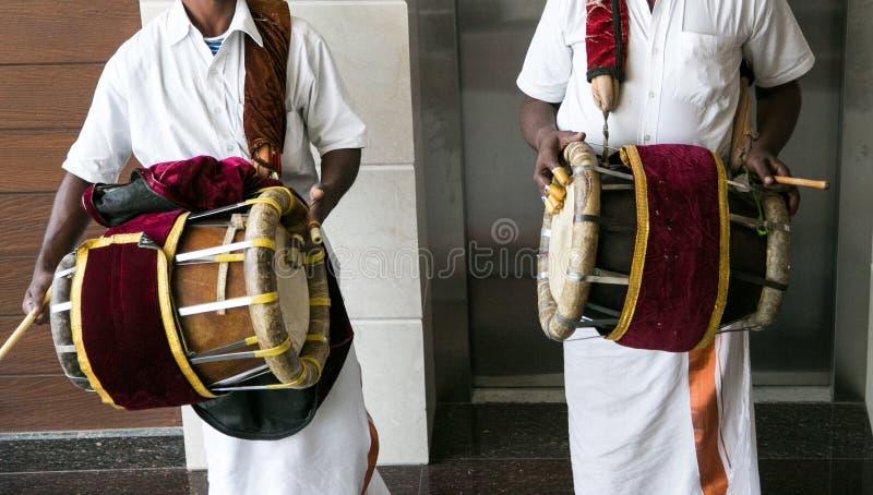De speler Dhole of Dholak van de Dholakspeler tijdens Zuiden Indisch Hindoes Huwelijk royalty-vrije stock afbeeldingen