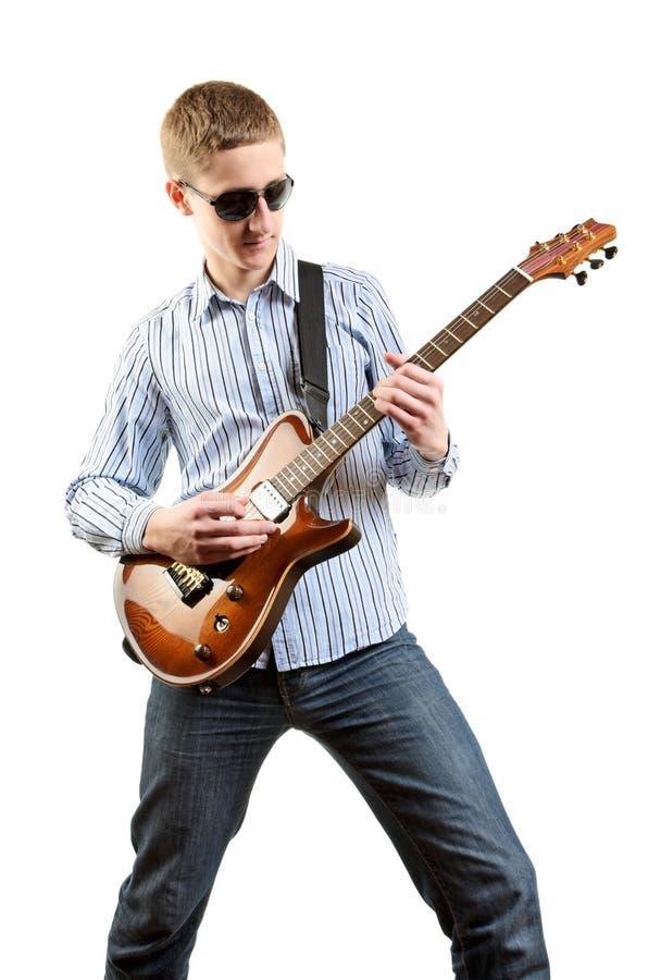 De speler die van de gitaar zijn gitaar speelt stock foto