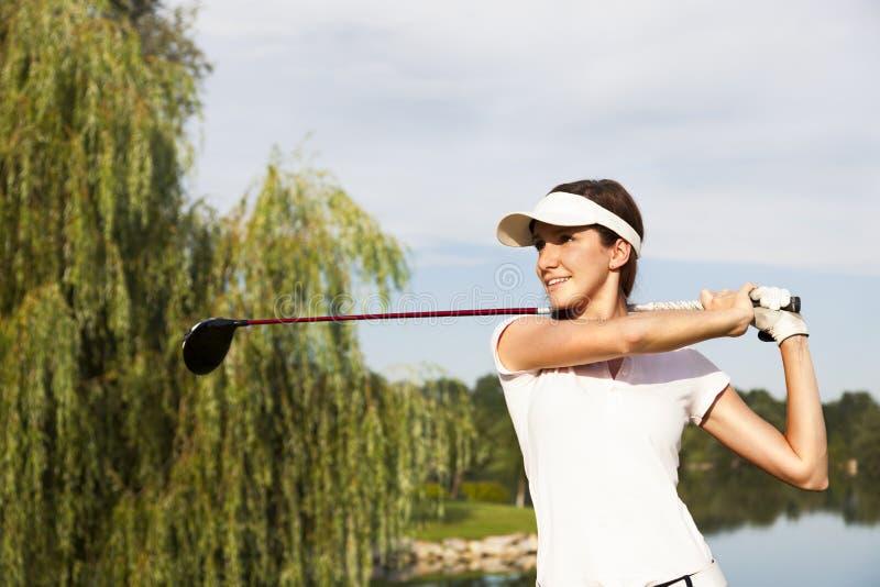 De speler die van het golf weg teeing royalty-vrije stock fotografie
