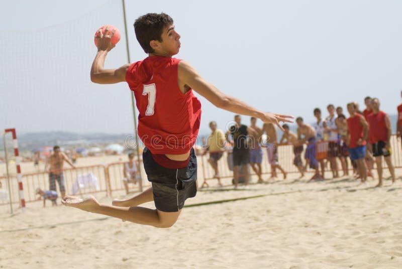 De speler die van het handbal met de bal springt royalty-vrije stock afbeeldingen