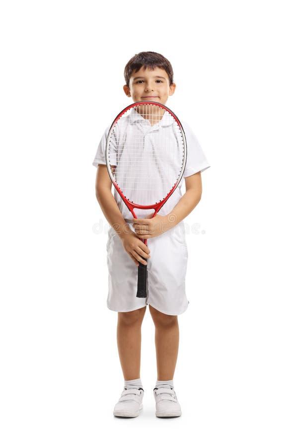 De speler die van het jongenstennis een racket houden en de camera bekijken stock afbeelding