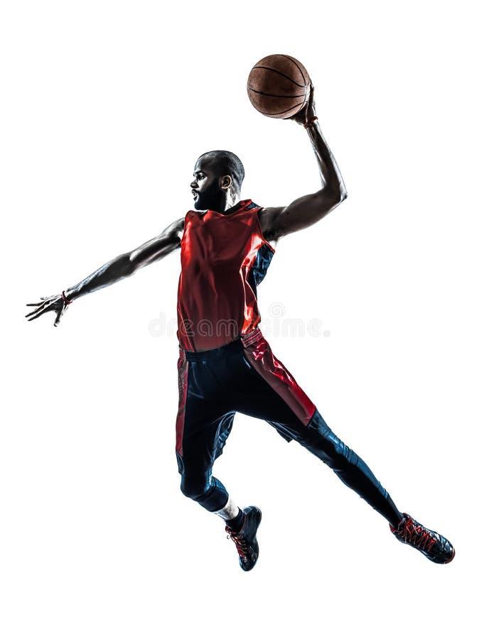 De speler die van het mensenbasketbal onderdompelend silhouet springen stock afbeelding