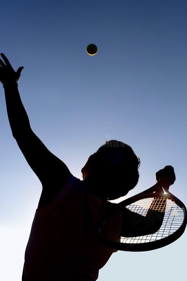 De speler en de bal van het tennis. stock afbeelding