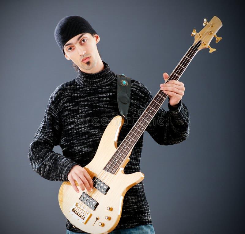 De speler playting muziek van de gitaar stock foto