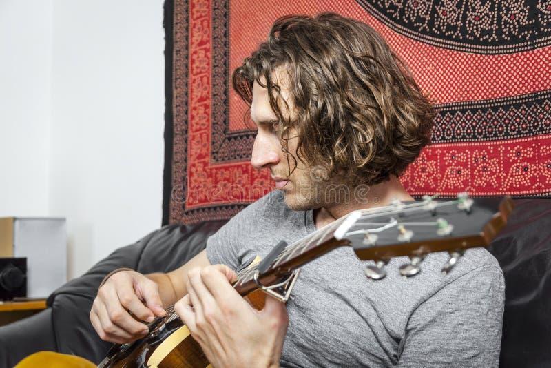 De speler van de gitaar stock afbeeldingen
