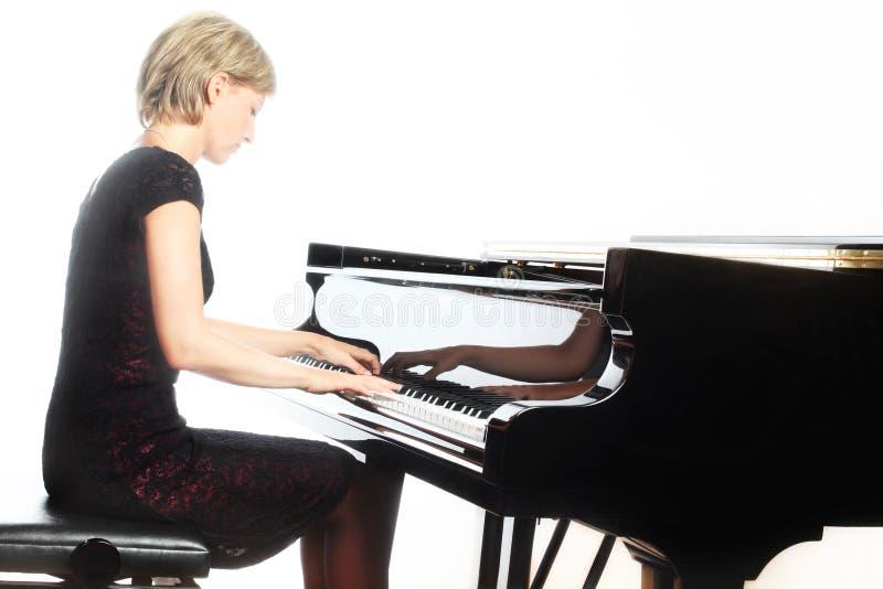 De speler van de pianopianist met grote piano stock fotografie