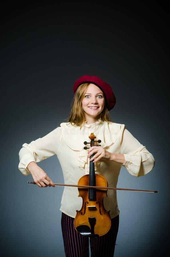 De speler van de vrouwenviool in muzikaal concept stock foto