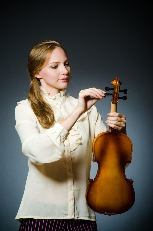 De speler van de vrouwenviool in muzikaal concept stock fotografie