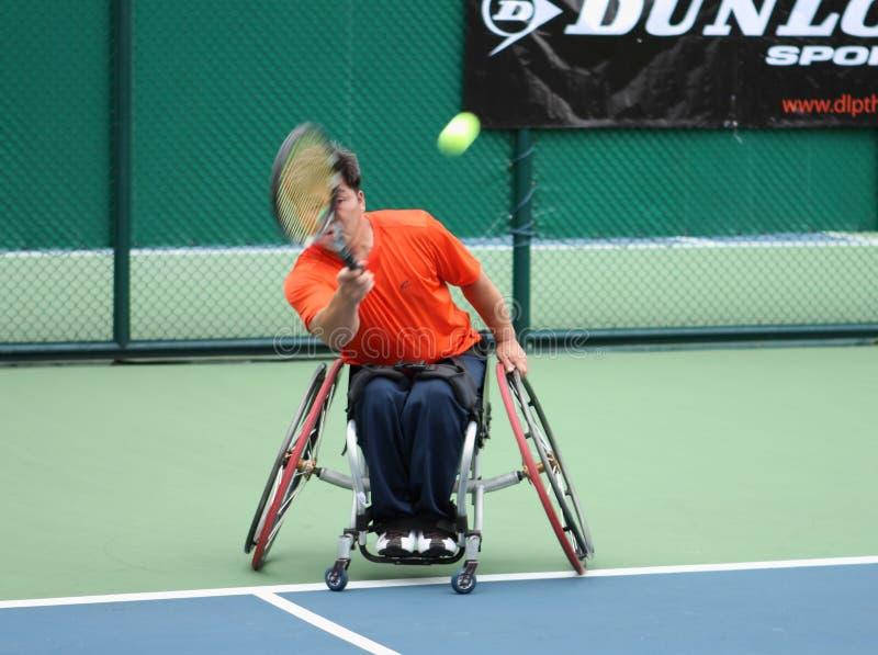De speler van het rolstoeltennis tijdens een gelijke van het tenniskampioenschap, tak stock fotografie