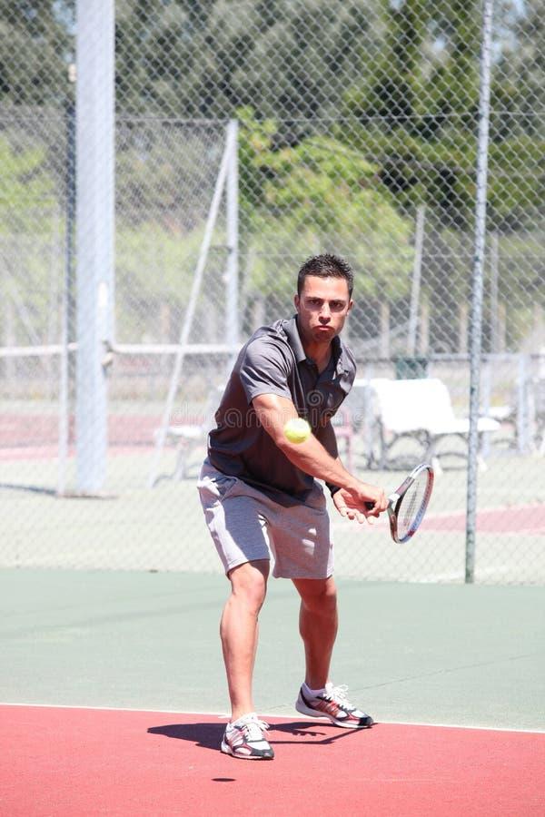De speler van het tennis in actie stock foto's