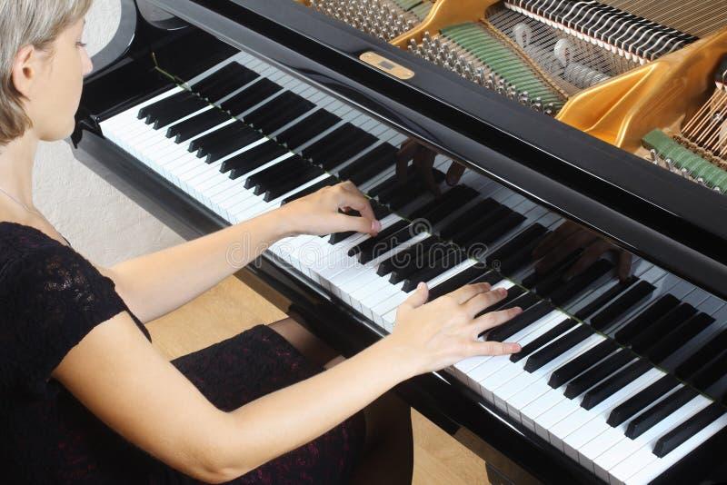 De spelerpianist van de piano het spelen stock foto