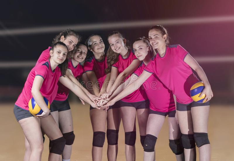 De Spelers die van het vrouwenvolleyball overwinning en gouden medaille vieren royalty-vrije stock foto