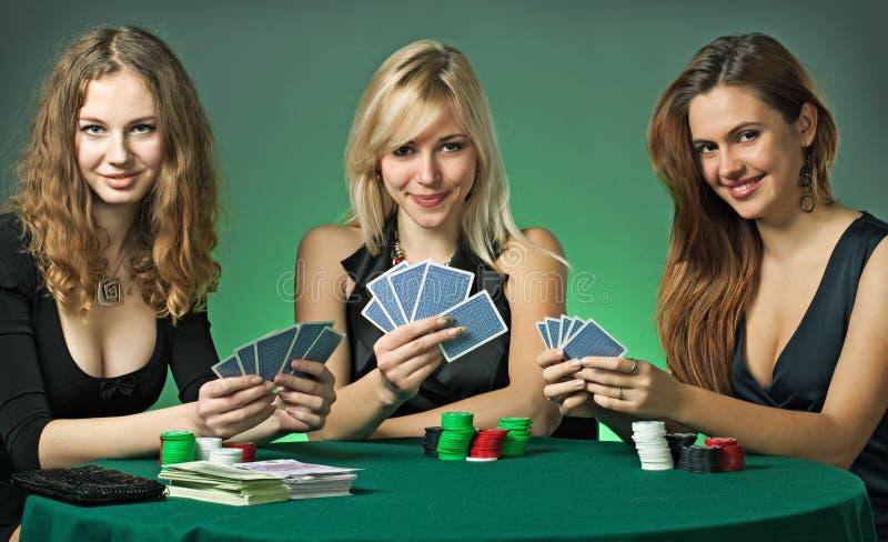 De spelers van de pook in casino met kaarten en spaanders stock foto's