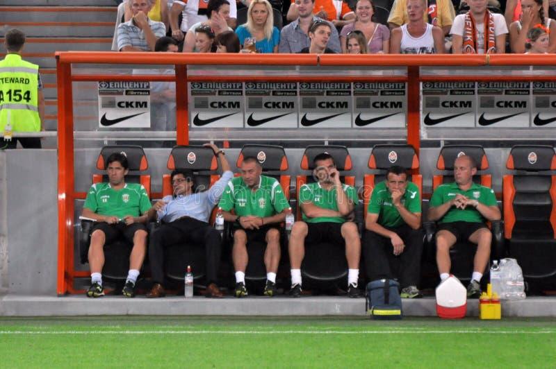 De spelers van het het voetbalteam van Karpaty en hun bus stock afbeeldingen