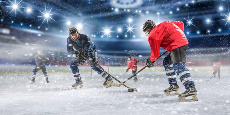 De spelers van het ijshockey in actie stock foto