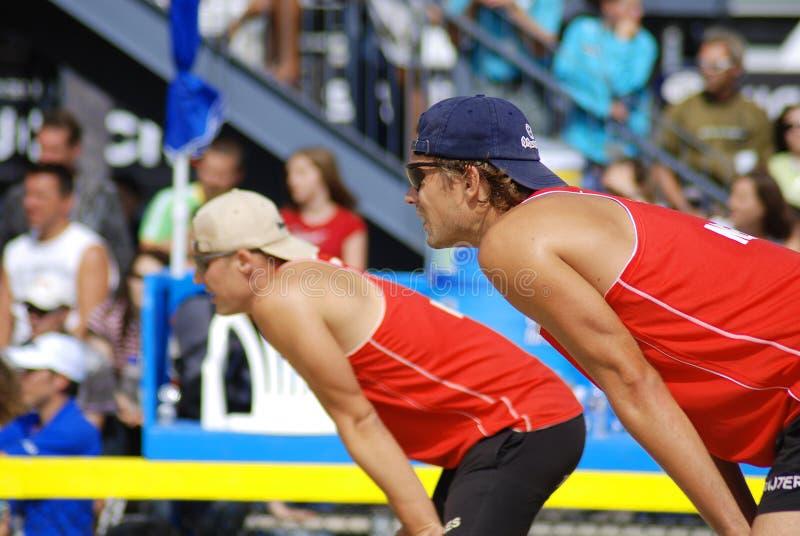 de spelers van het strandvolleyball stock fotografie
