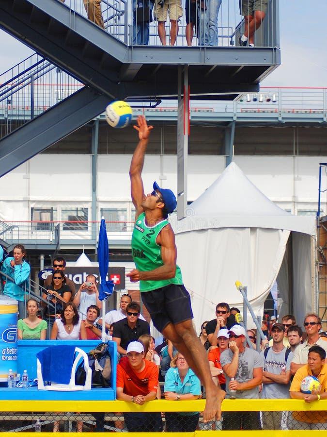 de spelers van het strandvolleyball stock foto