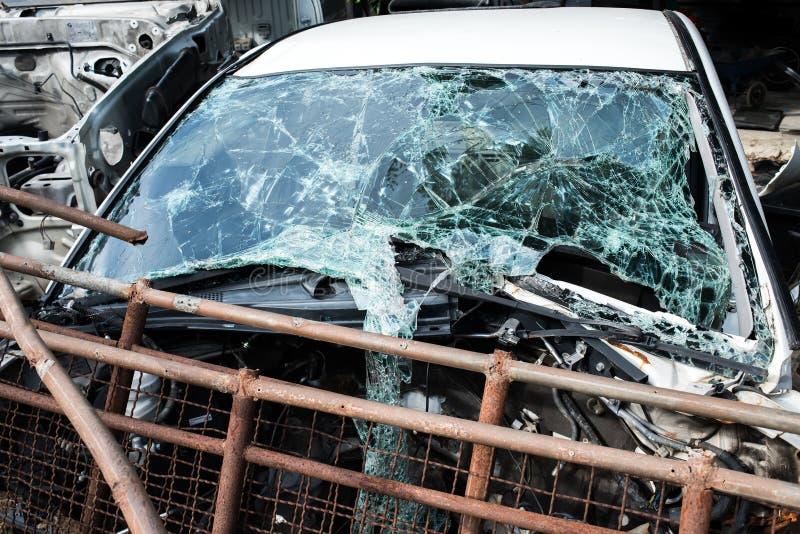 De spiegel van de de autowhit gebroken voorvoorruit van het neerstortingsongeval stock fotografie