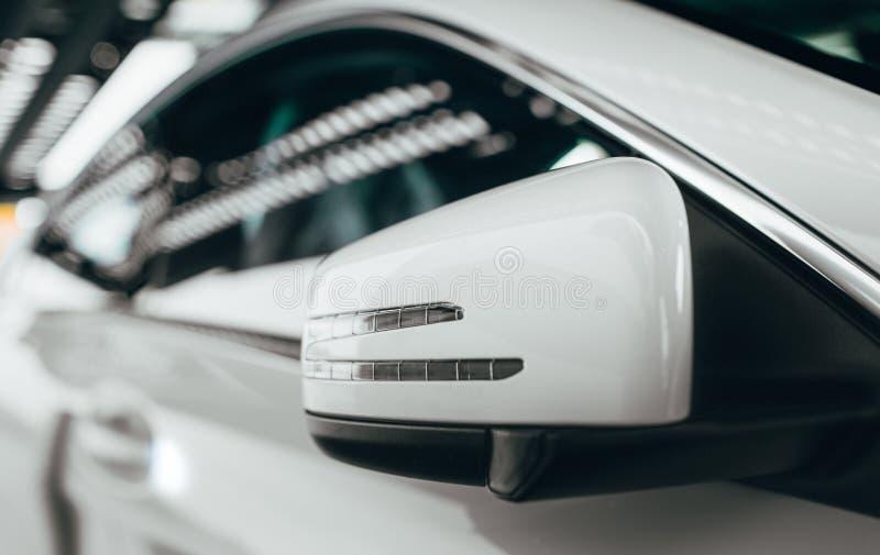 De spiegel van het close-up zijaanzicht in moderne auto van krachtige luxesportwagen, kanten van het voertuig Hype van de de toon stock foto