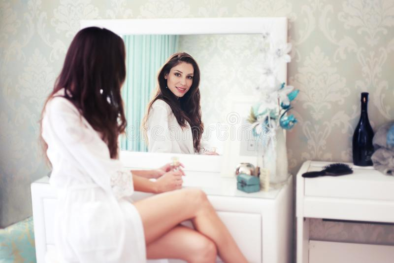 De spiegel van het vrouwenboudoir royalty-vrije stock afbeeldingen