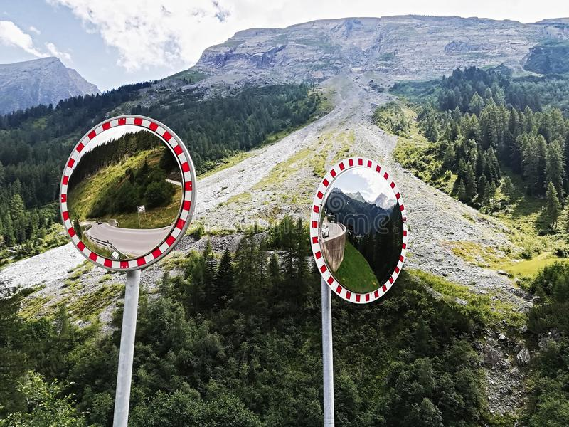 De spiegel van de verkeerskromme, de veiligheid van de Verkeersspiegel royalty-vrije stock fotografie
