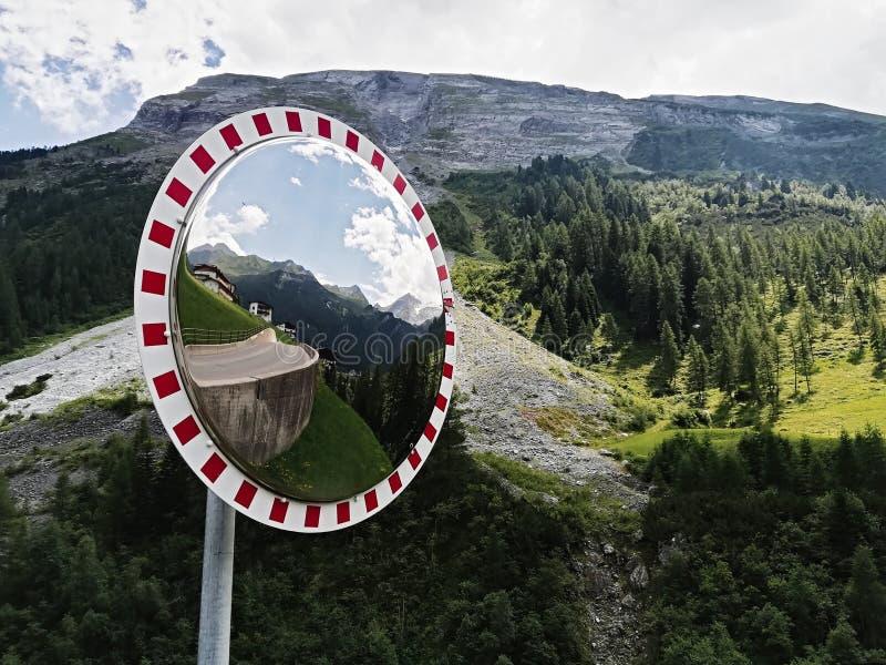 De spiegel van de verkeerskromme, de veiligheid van de Verkeersspiegel royalty-vrije stock foto's
